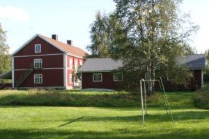 Fotbollsplanen med utsikt mot gården